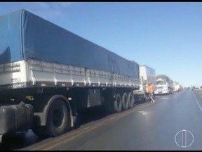 Caminhoneiros protestam e interditam BR-251, em Francisco Sá - Rodovia está parcialmente interditada e o trânsito está liberado para automóveis, ambulâncias e ônibus; protesto é contra aumento dos combustíveis, insegurança e melhorias nas estradas.