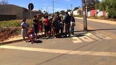 Após reportagem da TV Anhanguera, poste instalado no meio de rua é retirado - Situação absurda incomodava moradores do Bairro Independência.