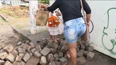 Em protesto, moradores fecham acessos ao bairro Porto, em São Mateus, ES - Eles reclamam das condições do bairro.
