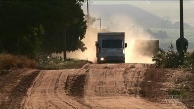 Moradores de Alto Paraná reclamam da poeira - O problema é que caminhões passam o dia inteiro pela estrada de terra e levantam muita poeira.