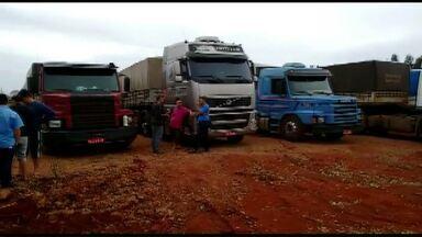Caminhoneiros fazem protesto na BR-163 perto de Capitão Leônidas Marques - Eles são contra o aumento no preço dos combustíveis. Um pequeno tumulto foi registrado, mas a PRF controlou a situação.