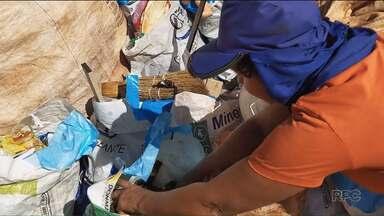 """Muitas famílias ainda não descartam corretamente o lixo - Na reportagem desta quinta-feira (03) da série """"Descartável"""" mostramos quais os cuidados devemos ter na hora de separar o lixo."""
