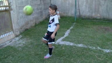 Com nove anos, capixaba assina contrato até 2018 com o Vasco - Rogerinho se destaca pelo talento no futebol.