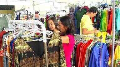 8ª Feira Ponta de Estoque reúne estandes de roupas e acessórios em Resende - Evento é uma oportunidade para moradores da região comprarem produtos com descontos de até 70%.