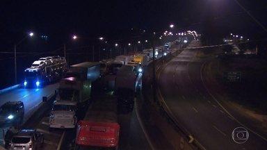 Caminhoneiros fazem 3º dia de protestos nas rodovias que cortam Minas - Vários trechos foram fechados ao longo do dia