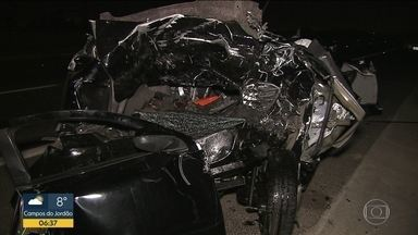 Duas pessoas morrem em engavetamento na Rodovia Ayrton Senna - Duas pessoas morreram num engavetamento que envolveu três carros. Um dos motoristas admitiu que bebeu antes de dirigir.
