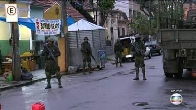 Policiais e militares ocupam uma das entradas do Complexo do Lins - Homens do Exército, da Marinha, da PM, da Polícia Civil param carros, ônibus e caminhões à procura de armas e drogas.