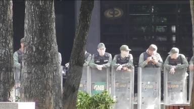 Prédio do Ministério Público da Venezuela é cercado por militares na manhã de sábado (5) - As tropas do governo de Maduro querem impedir o acesso da procuradora-geral Luisa Ortega. Na sexta (4), a Comissão Interamericana de Direitos Humanos anunciou a concessão de medida cautelar de proteção a Ortega.