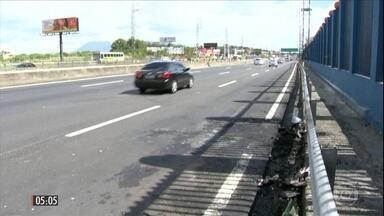 Dois arrastões assustam motoristas que transitavam pela Linha Vermelha no RJ - Em um dos casos registrados na movimentada via da cidade, os bandidos atacaram policiais civis e atingiram um agente na cabeça.