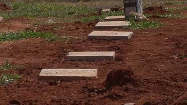 Cerca de mil pessoas sem vínculo familiar conhecido são sepultadas por ano no DF - Desde abril, a Polícia Civil tem uma central moderna para identificar corpos. Mas há casos em que, mesmo com a identificação, os familiares não são encontrados.