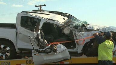 Motorista e passageira de caminhonete ficam feridos em acidente em Ribeirão Preto - Veículo bateu na traseira de um caminhão na Rodovia Anhanguera (SP-330).