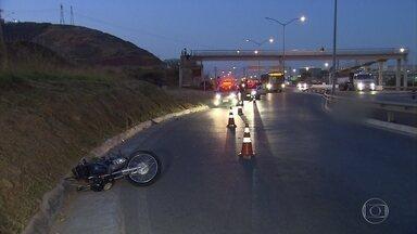 Motociclista morre em acidente na MG-010, na Grande BH - Segundo a Polícia Militar Rodoviária, ele se desequilibrou e caiu do veículo.