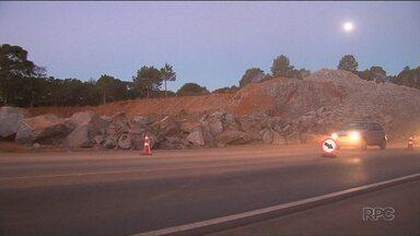 Obras mudam trânsito na BR-277, em Guarapuava - A rodovia foi bloqueada por causa da detonação de rochas.