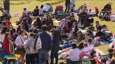 Campanha de incentivo ao aleitamento promove 'mamaço' no Jardim Botânico - Dezenas de famílias se reuniram para incentivar a amamentação.