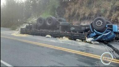 Dois morrem em capotamento de caminhão em Cunha - Acidente aconteceu na rodovia SP-171.