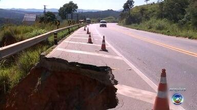 Buraco na beira de rodovia em São Roque põe em risco motoristas - O TEM Notícias mostra um problema que é um perigo para motoristas e motociclistas que passam pela rodovia Lívio Tagliassachi que liga a cidade de São Roque à Castello Branco. É um buraco enorme na beira da pista.