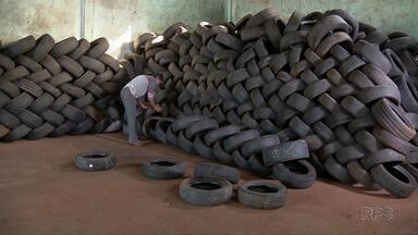 Barracão que recolhe pneus velhos volta a funcionar em Foz - O local ficou fechado por dois meses.