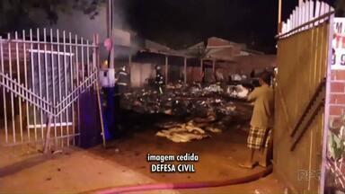 Terreno com materiais recicláveis pega fogo em Maringá - Os bombeiros forma chamados, mas o fogo destruiu tudo o que tinha no terreno.