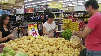Alimentos mais baratos ajudam a segurar a inflação - De acordo com o IPCA, o preço do feijão carioca teve redução de 50% em 12 meses