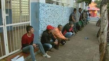 Em busca de emprego, candidatos formam fila de um quarteirão em Ribeirão - Trabalhadores foram a uma construtora para se candidatar a uma das duas mil vagas oferecidas.