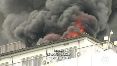 Bombeiros correm para dois grandes incêndios no Rio - De manhã, o fogo destruiu parte do barracão da escola de samba Renascer de Jacarepaguá; à tarde, o incêndio foi no prédio da Embratel no Centro