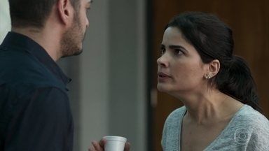 Antônia promete investigar Júlio e Nelito com isenção - Domênico pede que a amiga esteja preparada caso descubra que o irmão ou o namorado estão envolvidos no roubo. Antônia inventa uma desculpa para não se encontrar com Júlio mais tarde