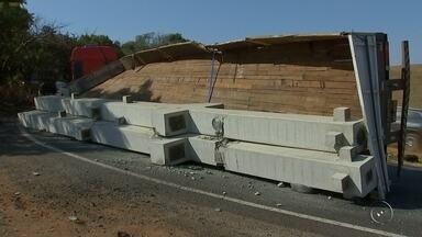 Caminhão tomba carga de postes de concreto em alça de acesso de rodovia em Rio Preto - Um caminhão carregado com postes de concreto tombou na tarde desta quinta-feira (10) em uma alça de acesso entre as rodovias Assis Chateaubriand e a BR-153, em São José do Rio Preto (SP).