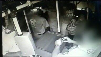 Passageiro é baleado dentro de ônibus em Novo Gama, GO; veja vídeo - Imagens mostram quando jovem de 22 anos é atingido por vários disparos. Ele foi socorrido e levado ao hospital; atirador conseguiu fugir.
