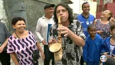 Moradores de Santa Teresa comemoram conserto de postes com música - O RJ Móvel foi há um mês ao local e ouviu as queixas dos moradores de que as ruas estavam com postes danificados. A Light promoveu o conserto e houve comemoração.