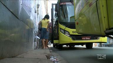 Pedestres reclamam da falta de espaço em calçadas de São Luís - Em locais fechados por tapumes ou onde as calçadas estão quebradas, o sufoco dos pedestres e até dos motoristas é ainda maior.