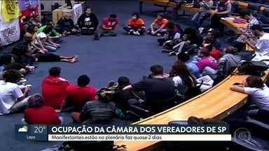 Câmara de Vereadores de São Paulo permanece ocupada por manifestantes - Manifestantes estão há quase dois dias no plenário da Câmara de Vereadores de São Paulo. Nesta sexta-feira (11), eles já fizeram uma faxina por lá e passaram a manhã conversando. As audiências e outros debates da Casa foram transferidos.