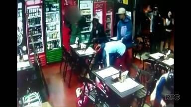Suspeito de participar de arrastão morre em confronto com a polícia - Na casa em que ele estava foram encontrados objetos das vítimas do assalto em um bar de Ponta Grossa.