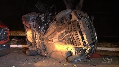 Acidente mata jovem e deixa namorado ferido após carro bater em árvore, em Goiânia - Vítima de 22 anos morreu no local, e rapaz foi levado em estado grave para o Hugo.
