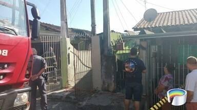 Casa pega fogo na Vila Paiva em São José dos Campos - Bombeiros levaram meia hora para apagar chamas.