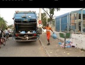 Coletores de lixo sofrem com os cacos de vidro descartados irregularmente - O risco de cortes é grande.