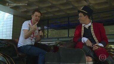 Na onda de 'Novo Mundo', Rafael Cortez pilota carruagem nos Estúdios Globo - Elenco se diverte