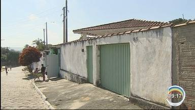 Casal é preso suspeito de matar mãe e filha em Cachoeira Paulista - Eles teriam cometido o crime por causa de R$ 3 mil que a vítima guardava em casa.