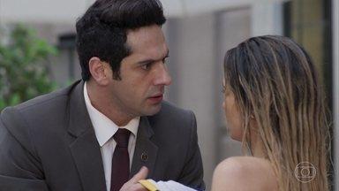 Agnaldo sente ciúmes de Sandra Helena - Ele cobre a ex-namorada com uma toalha