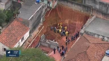 Rapaz de 24 anos morre soterrado em Diadema - O Globocop gravou o momento em que a equipe de resgate localizou rapaz debaixo da terra. Esse terreno fica na rua dos Brilhantes, no Jardim Donini, em Diadema.