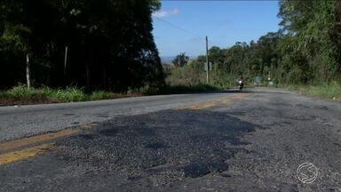 Riscos continuam na RJ-137, estrada que liga Barra do Piraí a Mendes - Depois de acidente que matou uma mulher, reparos realizados pelo Departamento de Estradas de Rodagem estão mal feitos, segundo moradores.