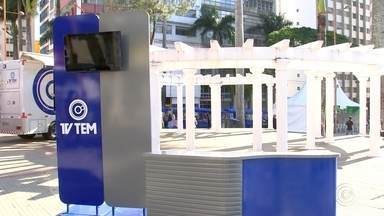 Telespectadores gravam homenagens em comemoração aos 363 anos de Sorocaba - As comemorações do aniversário de Sorocaba já começaram. A TV TEM montou um estúdio na Praça da Matriz e muita gente passou por lá para gravar uma homenagem aos 363 anos de fundação da cidade.