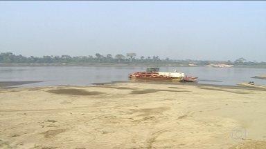 Rondônia não tem chuva há 60 dias e estiagem afeta o Rio Madeira - Margem do rio recuou 200 metros do ponto de embarque em balsas. Com isso, balsas têm dificuldade para levar carretas para o Acre.
