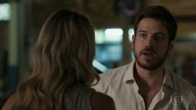 Zeca fica animado com a possibilidade de Ritinha ser presa - Caminhoneiro procura Jeiza para contar o que descobriu