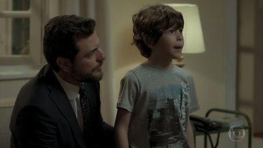 Caio socorre Dedé e reencontra Bibi - Garcia observa Heleninha e o irmão discutindo sobre o tema da reunião em família
