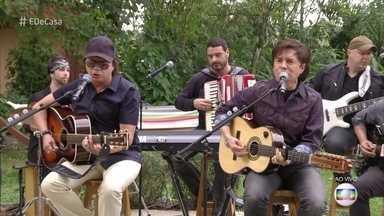 Chitãozinho e Xororó cantam 'No rancho fundo' - Dupla anima o 'É de casa' deste sábado