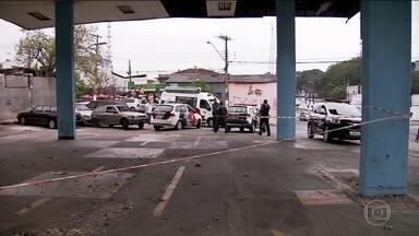Três moradores de rua são assassinados a tiros em SP - Eles dormiam num posto de gasolina desativado em Interlagos.Imagens de câmera de segurança mostram homem entrando no posto.