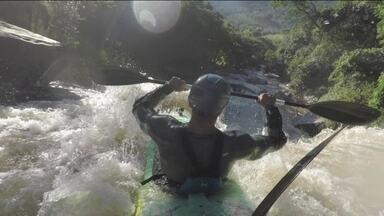 Sobre Rodas #06: Fernando Fernandes se aventura em corredeira radical em Minas Gerais - Atleta desafia corredeira com cachoeira de mais de 12 metros de altura em Extrema