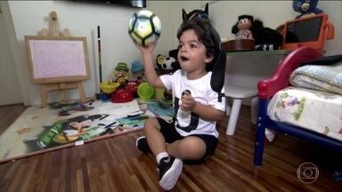 O que faz seu pai? Papai desse pequeno joga futebol - O que faz seu pai? Papai desse pequeno joga futebol