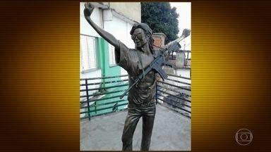 Traficantes põem fuzil em estátua de Michael Jackson em favela do Rio - Imagem que evidencia a falta de segurança na cidade circulou pelas redes sociais.