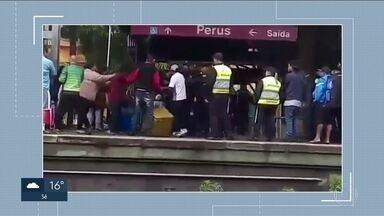 Ambulantes dizem ter sido agredidos por seguranças da CPTM - A companhia disse que os vendedores pularam a catraca porque não queriam pagar a passagem.